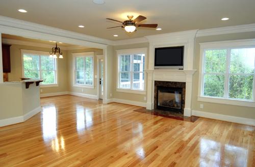 Làm sạch sàn gỗ bóng loáng