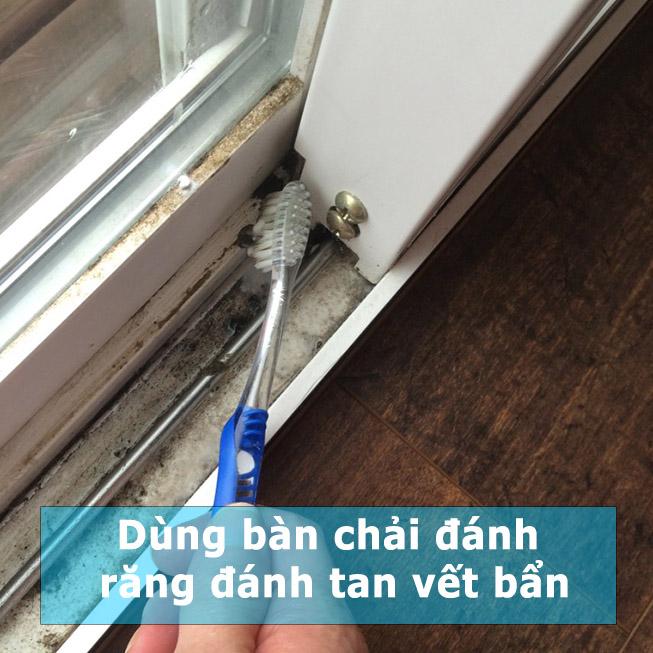 làm sạch khe cửa sổ b2